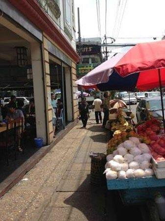 Aung Mingalar Shan Noodle Restaurant: 表の様子、フルールを売っている。