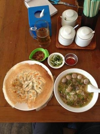 Aung Mingalar Shan Noodle Restaurant: ヌードル、餃子、ソース、タレ