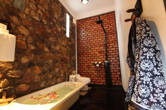 Petit Villa Boutique & Spa: spacious bathroom with rain shower