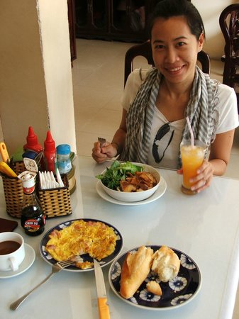 Nhi Trung Hotel: Breakfast.