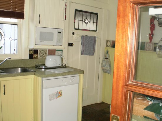 Pioneer Cottage: Tiny kitchen