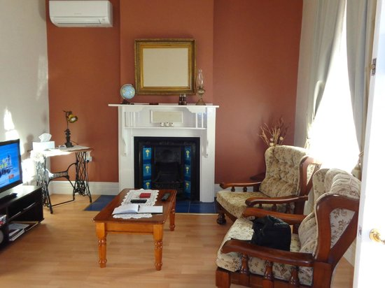 Jadan Cottages: Comfy lounge with morning sun
