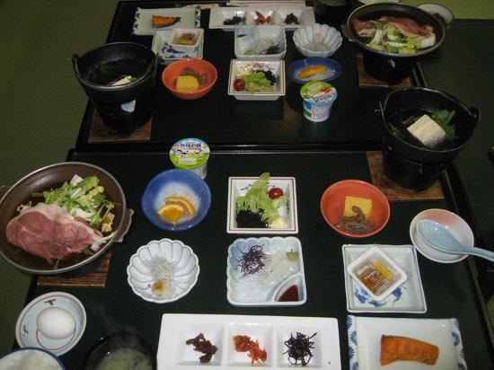 Yokoyaonsen Ryokan: 朝食もボリューム満点