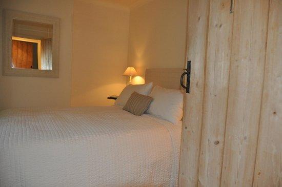 Ruime warme slaapkamer, lekker bed - Picture of Charlton 28 ...