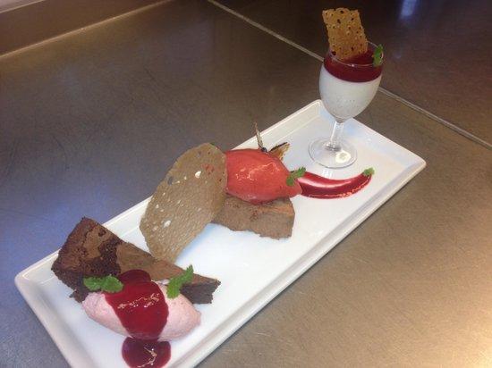 Dessert variation mørk chokolade, bær, vanille & karamel - Billede ...