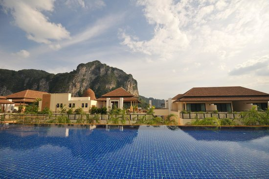 Aonang Cliff Beach Resort: Pool Area View