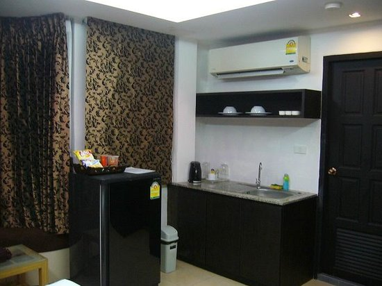 Oasis Inn Bangkok Hotel: deluxe room with sink and fridge