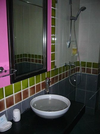 Oasis Inn Bangkok Hotel: Bathroom