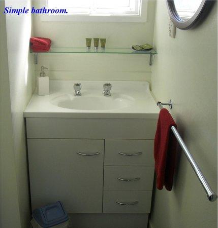Bay Beauty Motel: Simple bathrooms