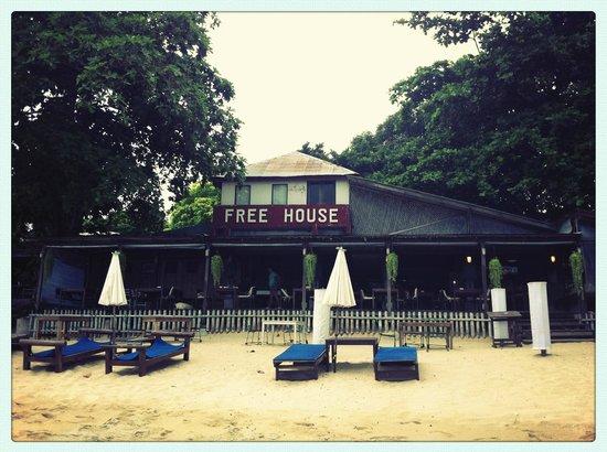 Free House Bungalow: Vue de l'établissement depuis la plage