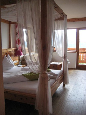 Natur und Wellnesshotel Höflehner: Zirbe Superior-Zimmer mit großem Eckbalkon