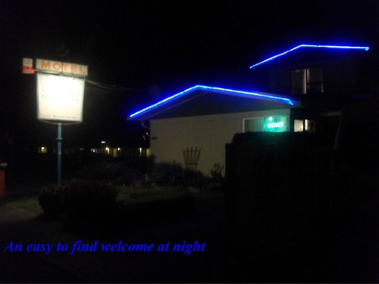 Bay Beauty Motel: Welcome sight at night