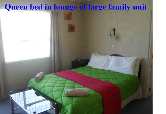 Bay Beauty Motel: Queen bed in lounge of Large Family Unit