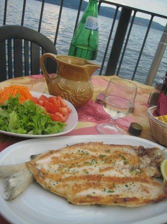 Al Lago: phantasieloser Gardaseefisch mit schlechtem Hauswein, aber Seeblick
