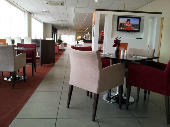Holiday Inn Express Rotherham-North: view from restaurant looking towards the bar, reception and lounge