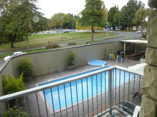 Base Rotorua : View of pool from room