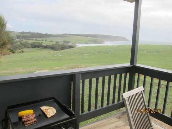 Waves and Wildlife Cottages: barbecue sulla veranda
