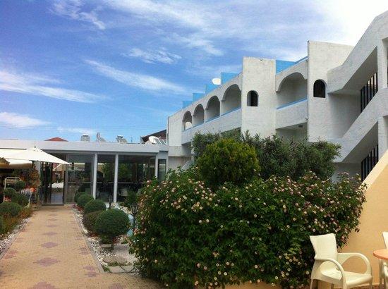 Evi Hotel Rhodes: Проход от бара в главный корпус