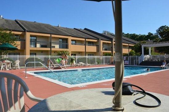 Quality Inn & Suites: A lovely and inviting pool awaits you