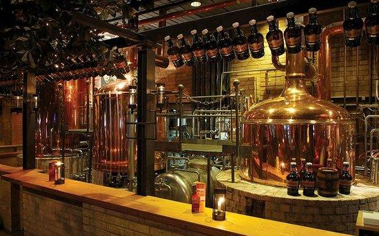 Brauhaus Ernst August: Sudhaus der Brauerei - mitten im Gastraum