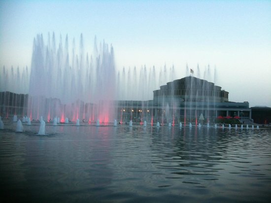 Multimedia Fountain at Pergola : Twilight and the light show begins...