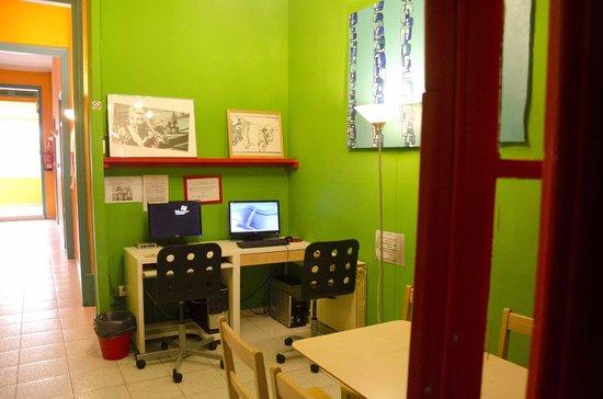 Downtown Hostel: Zona wifi - laptop