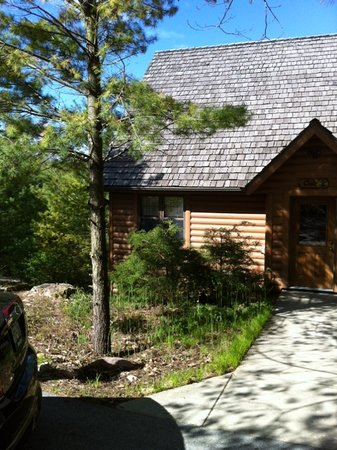 Chanticleer Guest House: Front of oak cabin
