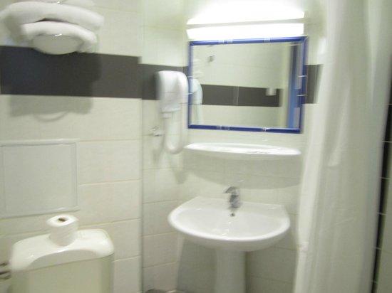 Hotel Americain: bathroom smelt like a camping washroom