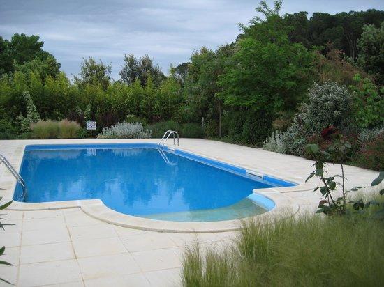 Hotel Aatu : Zwembad aan achterzijde