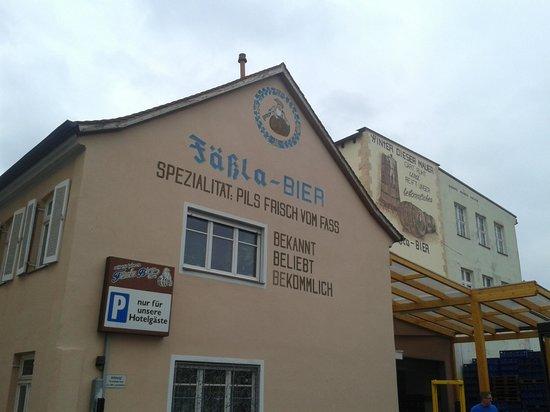Fassla Brewery: Facciata del birrificio