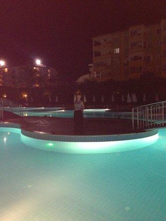 Hedef Resort & Spa Hotel: ночной вид