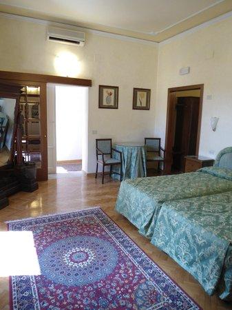 هوتل أليساندرا: Twin Bedroom