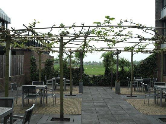 Mercure Hotel Zwolle : mindre indegård som ses fra værelser og gang