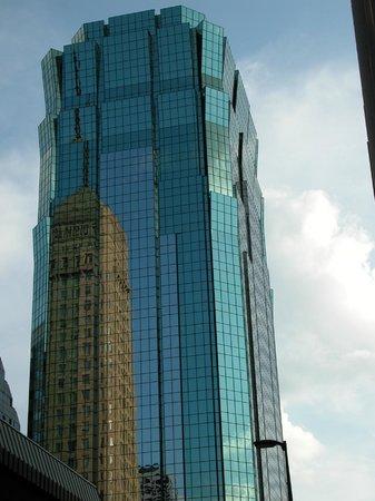 W Minneapolis - The Foshay: La torre dell'hotel si specchia nei grattacieli
