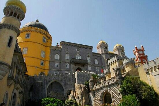 Portekiz: Palacio de Pena in Sintra- located in the forest near Cabo da Roca- the westhern most tip of Eur