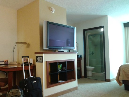 Hyatt Place Auburn Hills : Desk, tv and washing sink pretty much in the same place