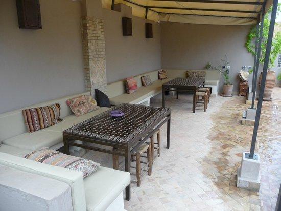 Riad Vanilla sma: Zona desayuno en terraza