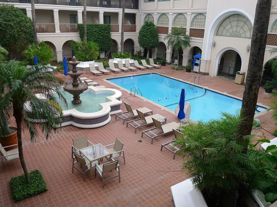 Casa De Palmas Renaissance McAllen Hotel: View of pool and courtyard from room #257