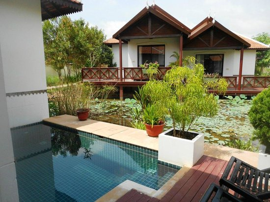 BEST WESTERN Suites and Sweet Resort Angkor : Petite piscine privée et terrasse sur l'étang fleuri