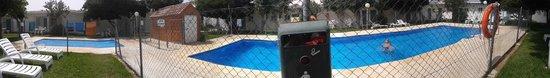 Hostal Las Cumbres: Panorámica de la zona de la piscina