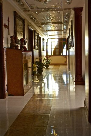Sunder Palace Guest House: 2nd floor hallway