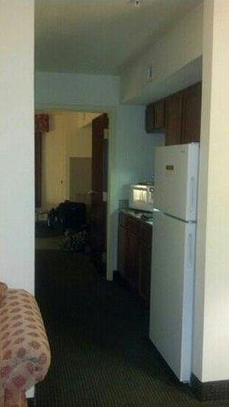 Hawthorn Suites by Wyndham Charleston : kitchen area