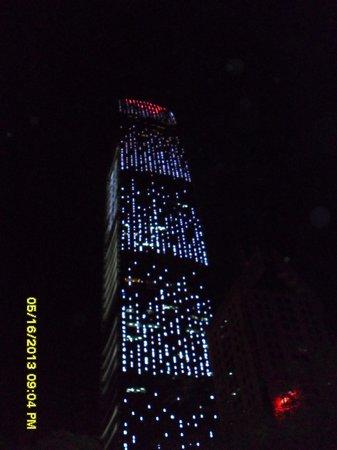 Vienna Hotel Shenzhen Theater: King Key at night...spectacular!