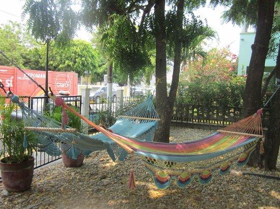 Hotelito El Coco Azul: Wonderful courtyard hammocks