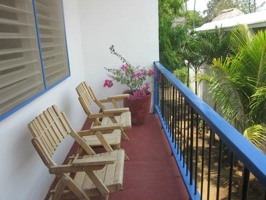 Hotelito El Coco Azul: Terrace off the family room
