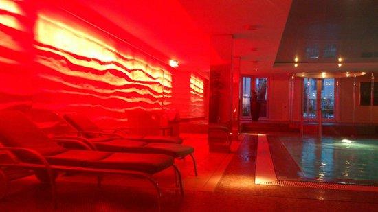 Grand Elysée Hotel Hamburg: Changing colors indoor pool Grand Elysee Hotel Hamburg