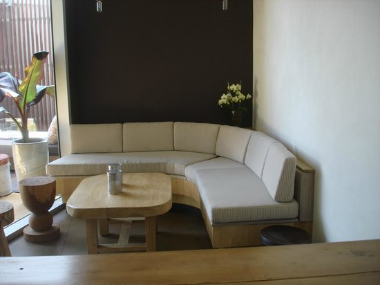 Vitaly : Comfortable seating inside and out on the covered patio