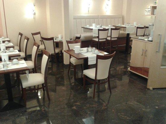 Hotel Spitzberg: Frühstücksraum vom Eingang her.