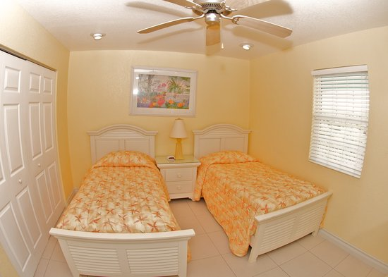 Compass Point Dive Resort: 2nd Bedroom in 2 Bed Condos with twins option
