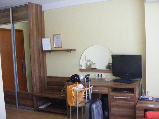 Art Hotel: Desktop in double room